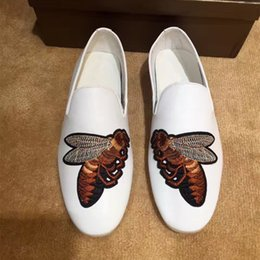 2017 embroidery flat shoes Broderie Little Bee White Black Men's Loafers Talons plans Cuir véritable Homme Cosy Lazy Shoes Hombre Oxfords embroidery flat shoes à vendre