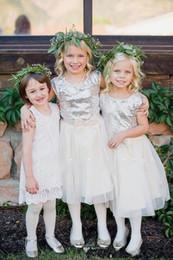 Vestidos de dama de honor hasta el tobillo de tul online-2019 Vestidos para niñas de flores blancas Lentejuelas plateadas brillantes Hasta el tobillo Tul con lazo joya Vestido de una línea para niños Vestido de dama de honor junior DTJ