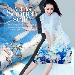 Tecido de impressão orquídea on-line-135 cm de largura 12mm orquídea branca impressão azul tecido de organza de seda dura para a camisa de vestido de calças de roupas D201