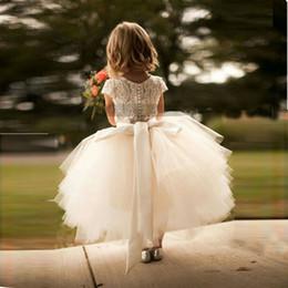 2017 neue ankunft weiße spitze und tüll blumenmädchen dress kurzarm schärpe lag tutu rock kinder formelle kleidung kleider nach maß von Fabrikanten