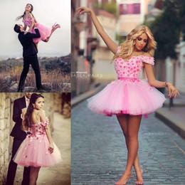 Billige kurze blumenkleidkleider online-Jugendliche neue rosa Cocktailkleider Kurzarm Applique handgemachte Blumen Tüll Short Party Prom Kleider billig