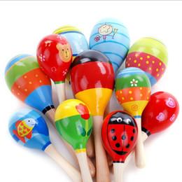 2 Teile / los Bunte Hölzerne Maraca Rasseln Kinder Musical Party Kind Baby Strand Shaker Spielzeug Säuglingsbaby Bunte Sandhammer Spielzeug von Fabrikanten