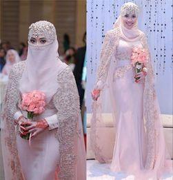 2019 abiti da sposa in pizzo alto collo Splendidi abiti da sposa musulmani arabi 2017 collo alto pizzo applique maniche lunghe guaina abiti da sposa rosa abiti da sposa con impacchi DTJ sconti abiti da sposa in pizzo alto collo