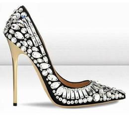 Zapatos de novia de cuentas blancas online-2017 zapatos de diseñador de primavera mujer punta estrecha rhinestone tacones altos con cuentas brillo deslizar en bombas de cristal blanco nupcial zapatos de boda