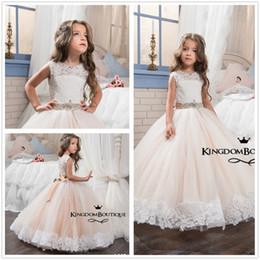New Cute Rundhalsausschnitt Spitze Ballkleid Blumenmädchenkleider Tüll Applique Perlen Kleine Mädchen Hochzeit Party Kleider Mit Perlen Schärpe von Fabrikanten