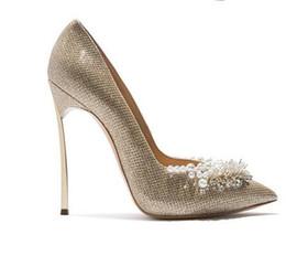 Жемчужное украшенное платье онлайн-женщины блеск свадебные насосы украшены жемчугом невесты лезвие каблуки 12 см металла на каблуках острым носом партия платье обувь белое золото