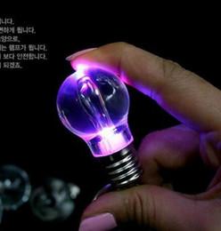 Regenbogen-taschenlampe online-LED Birne Keychain LED Licht Keychains Fackel-Schlüsselring Bunter Taschenlampen-Regenbogen-Farben-Schlüsselkette-Männer, die nicht defekte Birne Halloween wringen