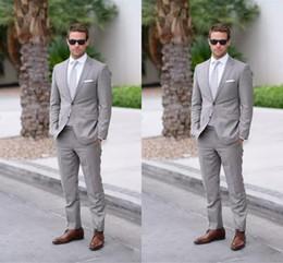 Vestido de dos piezas de los hombres online-Dos botones grises trajes para hombre de la boda de la solapa para los hombres novios trajes de boda vestidos de hombre esmoquin de la boda 2 piezas