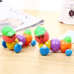 2019 jouets en plastique de chenille Marchez vers tordu jouets enfants printemps en plastique coloré sur le gros cap de la chaîne caterpillar jouets en plastique de chenille pas cher