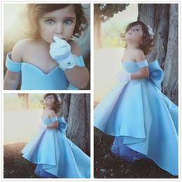 2019 cinturones de boda azul cielo 2017 Nuevo Cielo Azul Off The Shoulder A Line Flower Girl 'Vestidos Vestidos de fiesta de boda de Low Low Bow Sash Little Girls' cinturones de boda azul cielo baratos