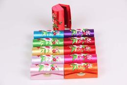 Precio al por mayor con el envío libre Buen regalo para el caso de Lady Embroidered lipstick box tapestry satin Lipstic desde fabricantes