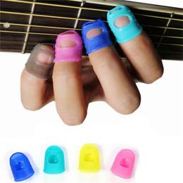 Chitarra picking dito online-All'ingrosso- 1 PZ Chitarra in silicone Punta delle dita Pollice Pollice Plettri Guaina per esercitazione per la maggior parte delle dita Colore casuale Dimensione S / M / L