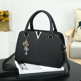 Wholesale Low Priced Handbags - 2017, the new trend of European and American fashion V word handbag, shoulder bag, low price
