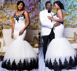 Sirene trompete vestido de casamento branco preto on-line-Trompete africano Branco Vestidos De Casamento Longos Com Apliques Pretos Tanque de Renda Sheer Colher Pescoço Sereia Vestidos De Noiva Custom Made Vestido de Casamento