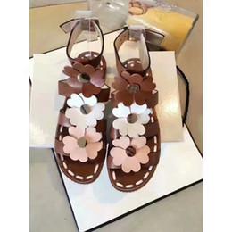 Scarpe a cinghia metà tacco t online-NOVITÀ Sweet Flower Buckle Strap Mid Square Heels Sandali da donna Casual PU Leather Plus Size Summer Style Shoes Donna
