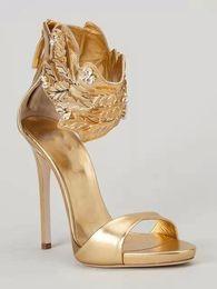 Sapatas douradas do diamante on-line-Europa 2017 nova de ouro sapatos de salto alto das mulheres de ouro folha de flama de diamante de salto alto sandálias banquete do dedo do pé aberto
