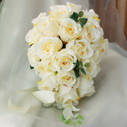 Seidenbrautstrauß online-Elfenbein Rose Künstliche Braut Cascading Bouquet Braut Blumen Hochzeitsstrauß Seidenband New Buque De Noiva