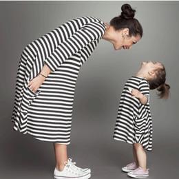 abbigliamento madre figlia Sconti Summer New Mother Daughter Dress Abbinamento Abiti Abbigliamento per bambini Stripe Abiti casual senza maniche Mamma e io