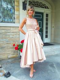 Vestido de noche alto bajo arco online-Elegante Alto Bajo Madre de la novia Vestidos de novios Jewel Neckline Fruncido Tallas grandes Vestidos de noche formales con lazo