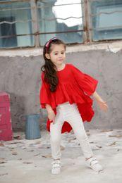 Дизайн красной футболки онлайн-2017 новорожденных девочек футболка белый красный черный Flare рукавом оборками дизайн Детская одежда лето повседневная футболка тройники дети девушка одежда