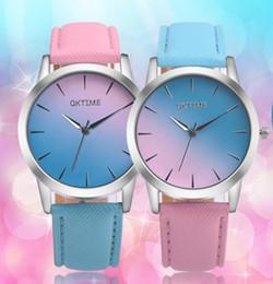 Venta al por mayor 2017 dos colores dobles de cuero moda mujer reloj gradiente arco iris azul y rosa diseño damas vestido de cuarzo relojes desde fabricantes