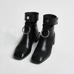 Botas de dedos cuadrados online-Hot 2017 botines para mujer Recortes Retro Martin botas Square Toe anillos metálicos con cremallera zapatos para damas de lujo de diseño 34--40