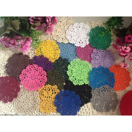 Copo de doily on-line-50pcs lot Hand Hook Flower Coaster 10cm Lace Flowers Wholesale Handmade Doily Crocheted Cup Mat Round Place mats