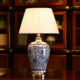 Chinês branco lâmpadas brancas on-line-Lâmpadas de mesa de porcelana azul e branco LED pode ser escurecido China flor chinesa Cemaric candeeiro de mesa quarto casa cama lado leitura mesa luz