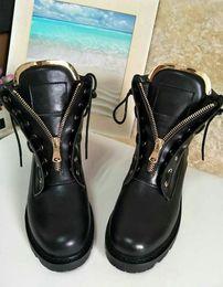 Botas de terciopelo rosa online-2017 Otoño Invierno Laiga Botines de Terciopelo de Cuero Ojales de Metal Zip Botines de Combate de La Motocicleta Mujeres High Top Flats Zapatos de Pista Rosa Negro
