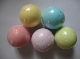 Canada nouvelle couleur aléatoire de 40 g! Naturel bain à bulles bombe bombe boule huile essentielle spa fait à la main sels de bain boule cadeau pétillant de Noël pour elle cheap bath essential oil Offre
