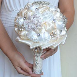 Broche de flor creme on-line-Creme De Casamento Bouquets De Noiva De Cetim Artesanal Flores Artificiais Peals Cristal Strass Noiva Segurando Flor Do Casamento Broche Bouquet