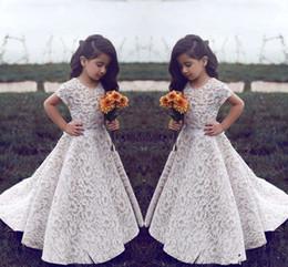 Vintage Jewel mangas cortas una línea de encaje vestidos de niña de las flores para las muchachas de la boda del desfile del vestido Barrer tren niños cumpleaños vestido de fiesta de desgaste formal desde fabricantes