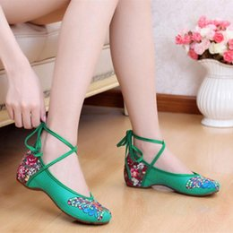 Wholesale Wholesale Chinese Dresses Lace - Wholesale- Traditional Beijing Shoes for Women Butterfly Chinese Style Women's Flats Flower Embroidered Shoes