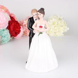 Figurine per pasticciere di torta online-Bella Resina Artigianato Sposo E Sposa Vivid Ornamento Per Torta Nuziale Topper Figurine Decorazioni Regalo di Alta Qualità 18yk ff