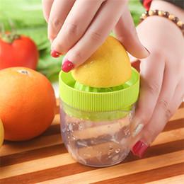 Küchen-saftpresse-gadget online-Multifunktions Mini Juicer Haushalt Manuelle Juicer Doppelschicht Presse Zitrone Fruit Juicer Küchenhelfer Tasse IA587
