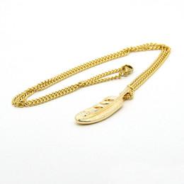5cb0a969fe85 Nueva venta al por mayor de oro y plata chapado en aleación de plumas de  metal cadena de acero inoxidable plumas de moda collar de colgantes