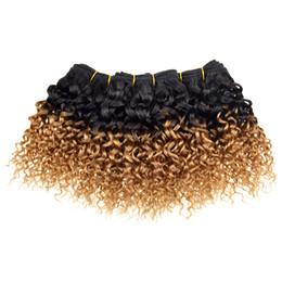 27 tejiendo el cabello online-Extensiones brasileñas del pelo humano de la armadura de la venta caliente Rizado rizado T1b 27 # Rubio Jerry Ombre rizado armadura brasileña corta del pelo