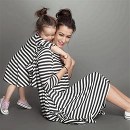 Canada Mode pour mère et fille robe à rayures vêtements pour enfants tenues familiales assorties vêtements pour bébés filles habillent maman enfants vêtements pour enfants cheap matching dress mother baby daughter Offre