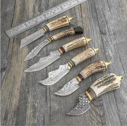 facas de sobrevivência forjada Desconto Manual de forjar tático faca reta aço Damasco 60HRC Antlers + sândalo preto + alças de latão camping caça saco de sobrevivência ferramenta uti