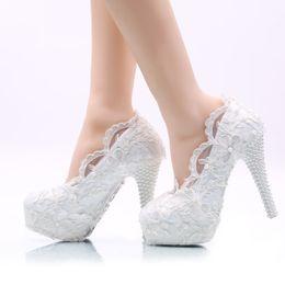 2019 tamanho sapatos brancos de noiva Flor branca Sapatos De Casamento Rendas Sapatos De Salto Alto Nupcial Formal Sapatos de Vestido Adulto Cerimônia Bombas Sapatos de Dama De Honra Plus Size desconto tamanho sapatos brancos de noiva