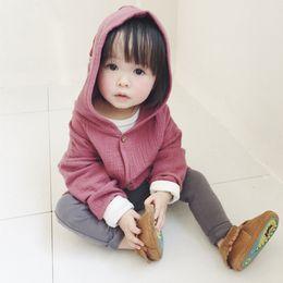 Ins esplosione modelli piccolo ragazzo e ragazza Tong Baobao Cotton Hooded cardigan colore caramello cappotto all'ingrosso e al dettaglio da camicie lunghe in stile tascabile per bambini fornitori