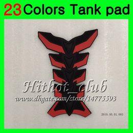 Adesivi per tappi a gas online-23Colors Protezione del serbatoio del gas in fibra di carbonio 3D per Triumph Daytona 675 02 03 04 05 06 07 08 2002 2003 2004 2005 06 2008 3D Tank Cap Sticker