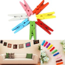 Pions de cartes en Ligne-Vente en gros-Hot 100 pcs Beau Design 25mm Mini Couleur En Bois Craft Pegs Vêtements Papier Photo Suspendus Clips De Printemps Pour Les Cartes De Message