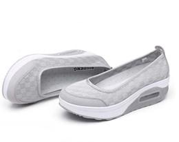 новые женские туфли Скидка Новые женщины мода сетка повседневная Tenis обувь форма Ups толстый низкий каблук женщина медсестра фитнес обувь Клин качели обувь мокасины плюс размер 40 41 42