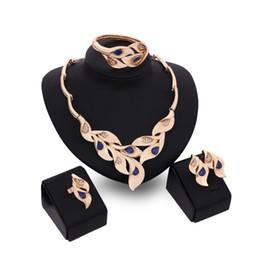 Joyas de oro de imitación online-Conjunto de joyas de cristal de imitación rojo Gargantilla Collar Pulsera Pendientes Anillos Joyería nupcial Perlas africanas Conjunto de joyas de color dorado
