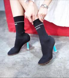 Tecidos de látex on-line-Moda runway mulheres meias botas saltos estranhos stretchy tecido dedo do pé fechado sapatos de salto alto preto vermelho branco kniting botas 2017 outono inverno