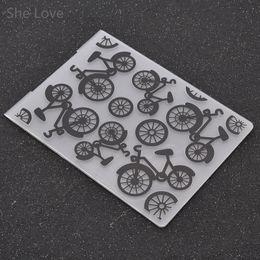 2019 bicicleta de papel Al por mayor-Carpeta de grabación en relieve de plástico para Scrapbooking Plantilla de bicicleta Plantilla de papel de la tarjeta de decoración DIY Papercraft bicicleta de papel baratos