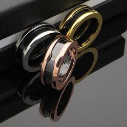 US 5 a 11 dimensioni Fashion Charitable Style Anelli in ceramica nera, placcato in platino Acciaio inossidabile titanio con marchio rosso Donna Uomo gioielli --- da anelli di platino neri fornitori