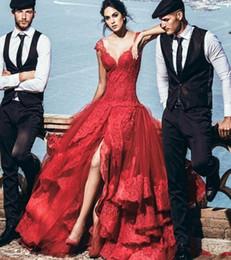 Encaixe vermelho montagem vestidos on-line-Sexy Lace Vestidos De Noite Vermelho 2018 Cabido Profundo Decote Em V Dividir Pageant Formal Longo Prom Vestidos de Festa de Celebridades