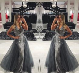 Vestido elegante longo cinza on-line-Elegant Grey Lace Long Evening Dresses com Destacáveis Train Tulle sem mangas com cristais em V com cristais 2017 Long Prom Gowns Pageant Miss Beleza Vestido